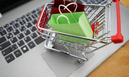 b2ap3_large_Miniatura-de-carrinho-de-supermercado-em-cima-de-um-notebook-simulando-experincia-do-consumidor